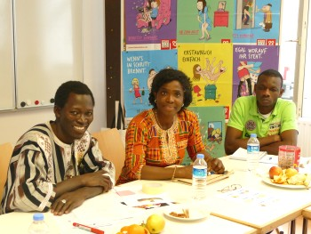 Community trainer Gwladys Awo from Stiftung Hilfe mit Plan (in the centre) with two CHANGE Agents. Photo: © Stiftung Hilfe mit Plan